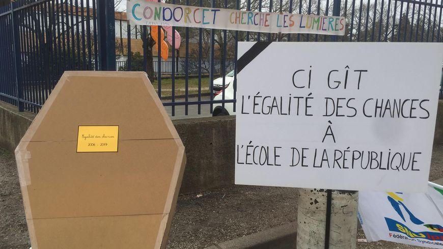 """Opération """"école morte"""" au collège Condorcet de Nîmes."""