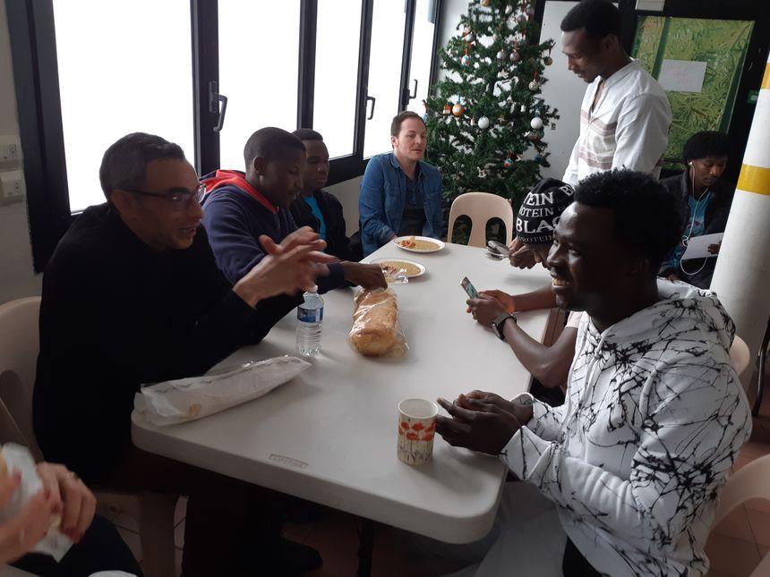 Sabir (au premier plan à droite) apprend très vite le Français, il rêve d'être traducteur