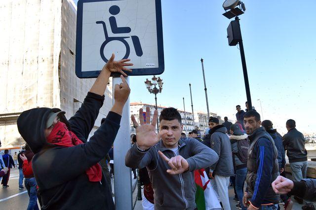 Des manifestants se moquent du président Bouteflika installé dans un fauteuil roulant depuis son AVC