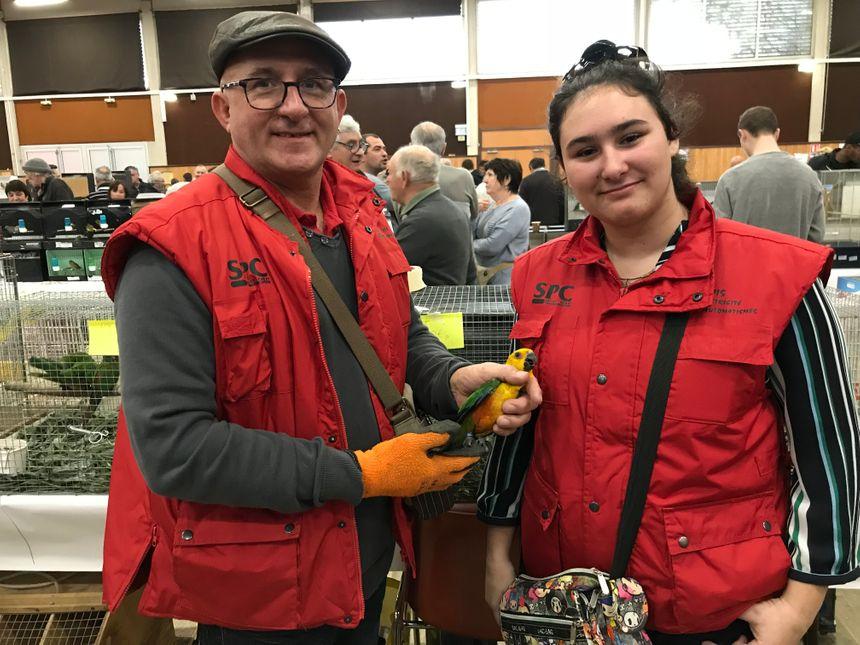 Patrick et sa fille Emma écument ensemble les bourses et expositions d'oiseaux.