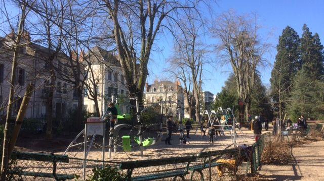 L'aire de jeux du jardin des Prébendes est bien remplie ce weekend