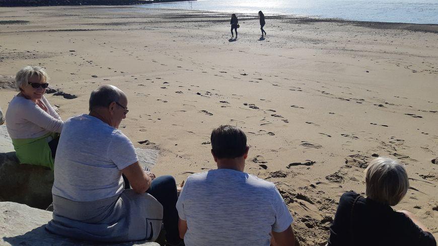 Les vacanciers ont ressorti motos et camping-cars pour venir mettre les pieds dans le sable à Coutainville, en cette fin février 2019.