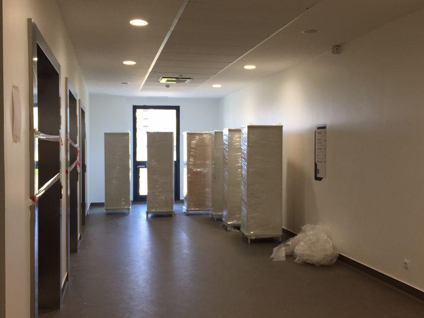 Les cartons s'empilent dans les couloirs de la clinique