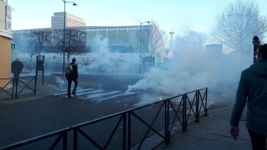 """L'angle du boulevard de la Liberté et de l'esplanade De Gaulle a été le théâtre d'affrontements pendant l'acte 15 des """"gilets jaunes"""""""