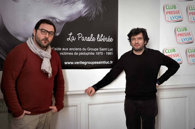 """Denis Ménochet et Eric Caravaca devant une affiche de l'association """"La Parole libérée"""""""