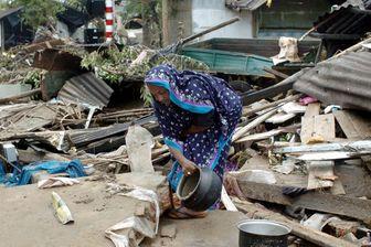 Une dame âgée essaie de rassembler ses effets. Sri Lanka, le 27 décembre 2004