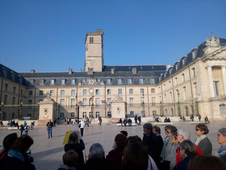Sur la place de la Libération, à Dijon.