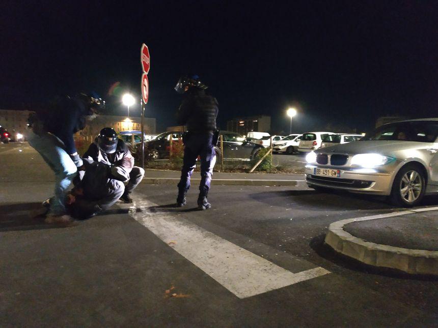 Un manifestant arrêté parking Verdun, après une dernière charge des policiers.