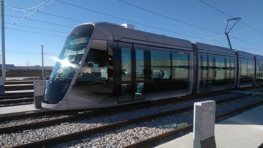 Le nouveau tram caennais réalise des essais dans son centre de maintenance à Fleury-sur-Orne