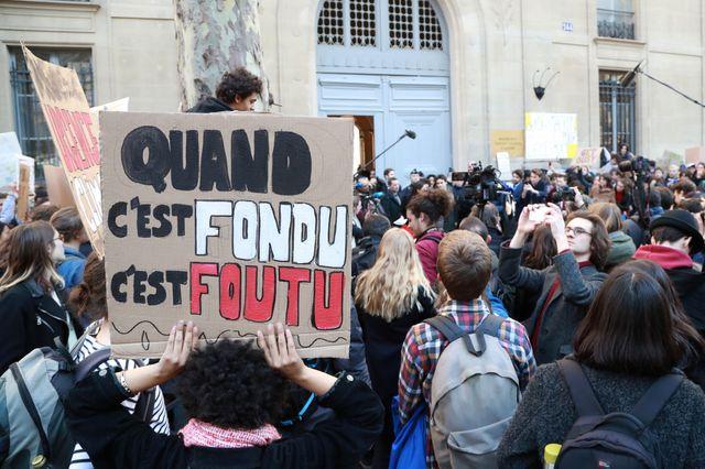 Des centaines de manifestants devant le ministère de l'Ecologie à Paris
