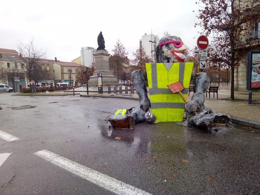 Certains manifestants ont laissé cet étrange oeuvre au bout des boulevards à Valence