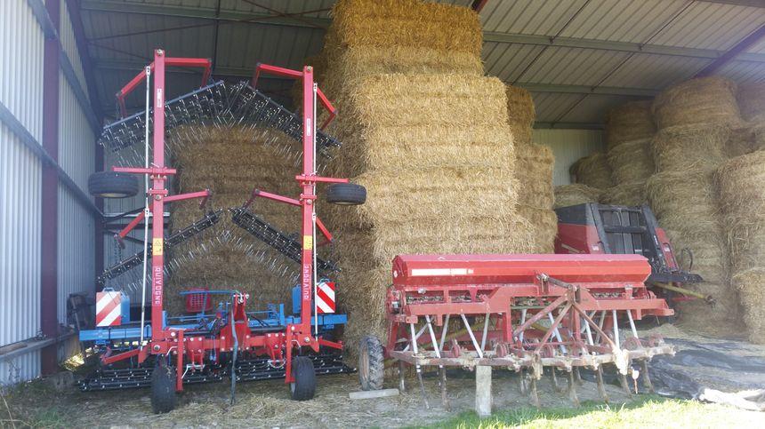 """""""On a acheté une bineuse et une herse étrille pour désherber les maïs et les céréales et remplacer les pesticides"""" explique l'éleveur"""