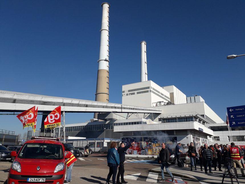 Une trentaine de salariés et de syndicalistes de la CGT ont manifesté devant la centrale thermique du Havre