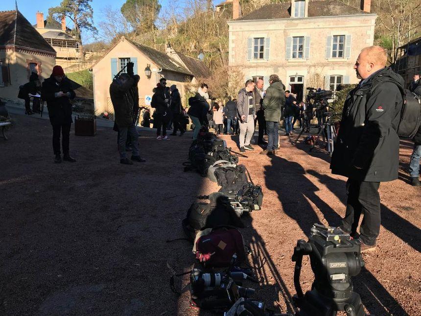Opération déminage du matériel des journalistes avant l'arrivée du Président de la République