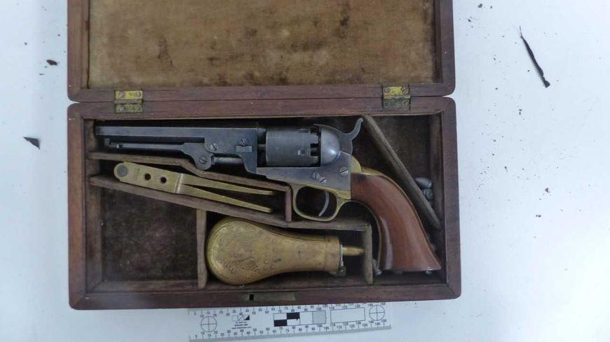 Une des armes découvertes dans le quartier Hilard à Laval.