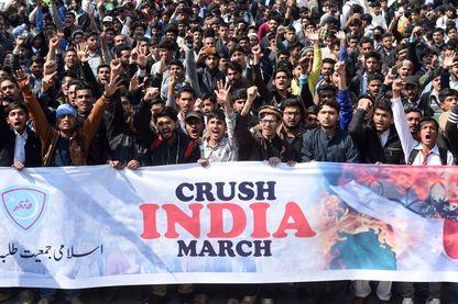 Manifestation islamiste anti-indienne, mercredi 27 février à Lahore (Pakistan), après l'annonce de l'incursion aérienne indienne en territoire pakistanais.