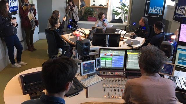 Un groupe de jeunes en service civique a pu découvrir les coulisses de la radio ce jeudi