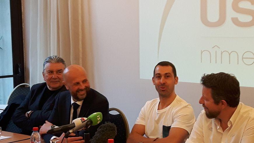 Michaël Guigou ce lundi matin à Nîmes entre Jean-Paul Fournier, maire ; David Tébib président de l'USAM et Franck Maurice, entraîneur