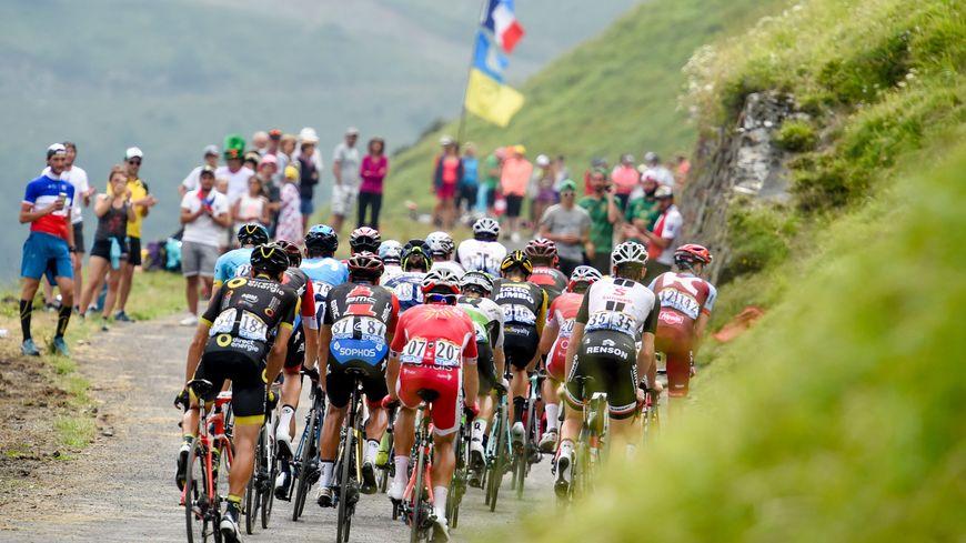 Le peloton du Tour de France dans les Pyrénées, en juillet 2018