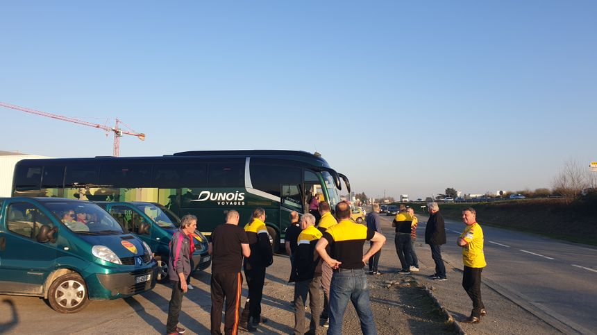 Le car des supporters de l'USO a dû attendre un moment l'arrivée de l'escorte de police, avant le match