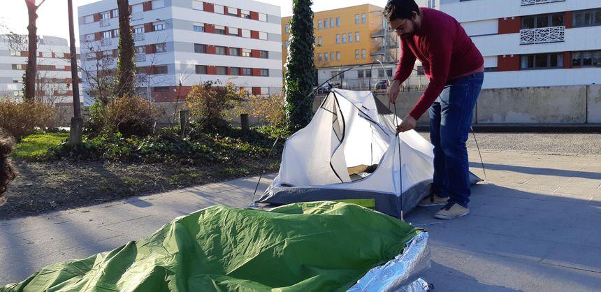 Valentin Arnoux utilise des tentes premier prix pour créer son Tipi