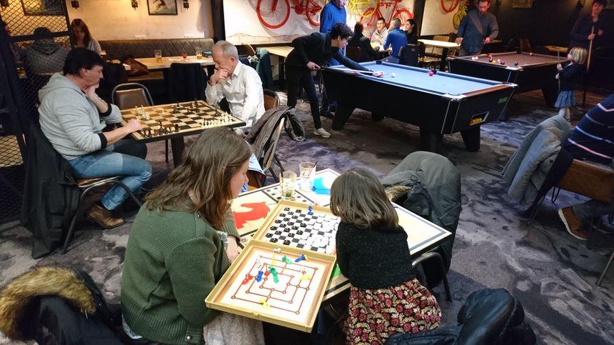 Un coin entier du bar est réservé à d'autres occupations moins sportives : billard mais aussi jeux de société, comme les échecs ou les dames.