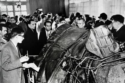 Des gens regardent des parties de l'avion américain U2 abattu le 1 mai 1960 au-dessus de l'Union soviétique. Le 14 mai 1960, l'épave de l'avion est exposée à Moscou .