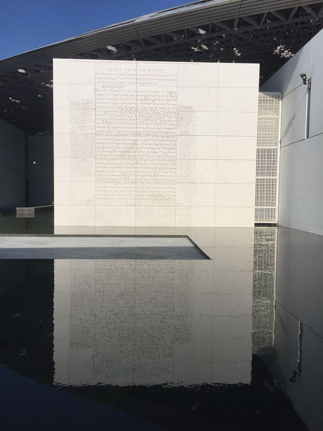 Les murs en pierre de Jenny Holzer, gravés de textes issus des Essais de Montaigne