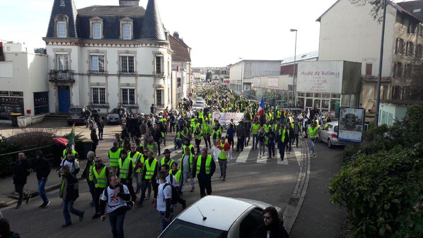 """Environ 2 000 """"gilets jaunes"""" dans les rues d'Épinal vers 14h."""