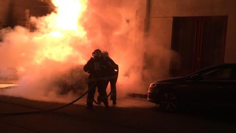 Les pompiers interviennent pour éteindre la voiture en feu rue de Londres à Guéret