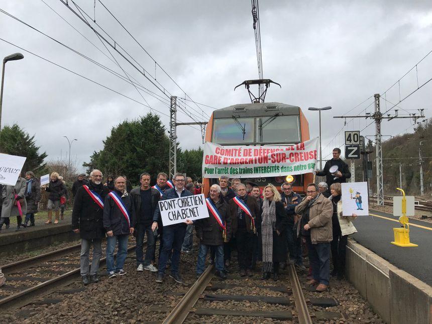 Près de 300 personnes ont bloqué un train en gare d'Argenton-sur-Creuse dans l'Indre. Elles réclamaient davantage de dessertes sur la ligne de train qui passe dans la région. Décembre 2018.