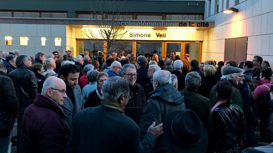 Autour de 400 personnes ont répondu à l'appel au rassemblement contre l'antisémitisme devant l'école Simone Veil de Périgueux.