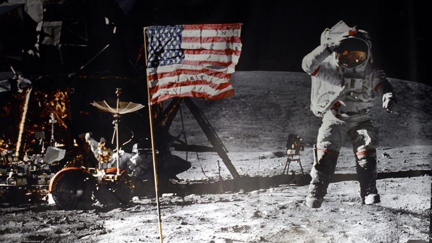 Reproduction d'une photographie couleur de la première mission Apollo 11 à se poser sur la Lune exposée dans le centre spatial de Transinne (Belgique).