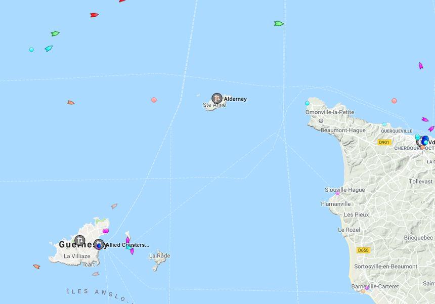 Les deux points bleu turquoise (en haut à gauche de l'image) représentent les deux bateaux de recherche