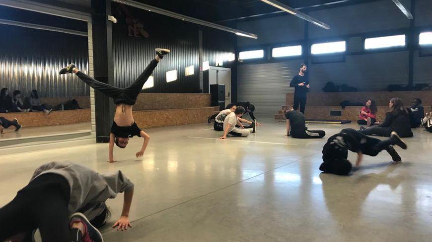 Le breakdance pourrait s'inviter pour la première fois aux Jeux Olympiques de Paris en 2024. De quoi réjouir ces jeunes danseurs manceaux