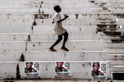 Un garçon danse sur le site d'un meeting à Jimeta, dans l'Etat d'Adamawa, pour le parti d'opposition PDP, le 14 février 2019.