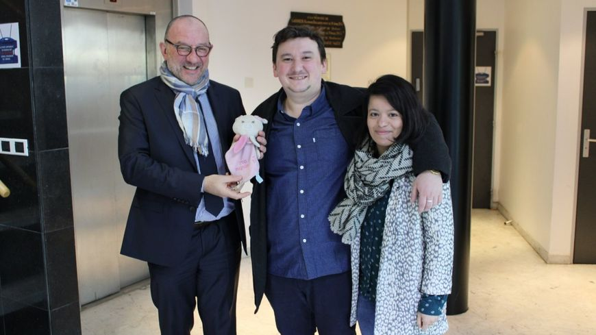 Les parents de la petite fille très heureux de retrouver le doudou au commissariat de police de Laval.