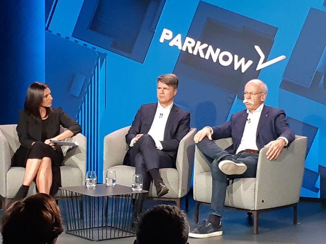 Légende : Harald Krüger, PDG de BMW et Dieter Zetsche, PDG de Daimler lors d'une conférence de presse à Berlin le 22 février 2019