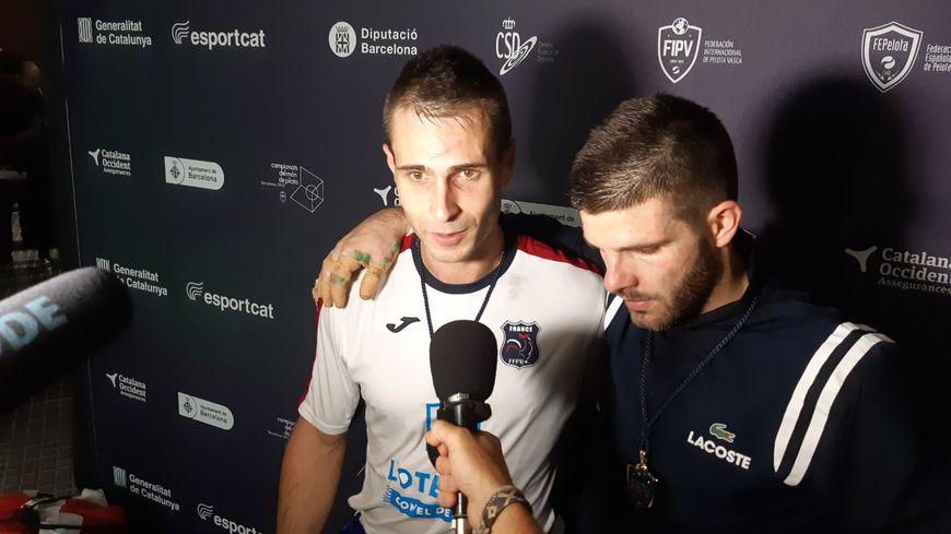 Bixintxo Bilbao (en blanc) après son titre de champion du Monde par équipes à Barcelone aux côtés de Peio Larralde