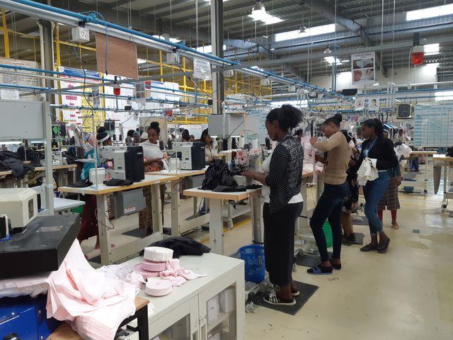 Ouvrières éthiopiennes dans le parc industriel de Bole Lemi