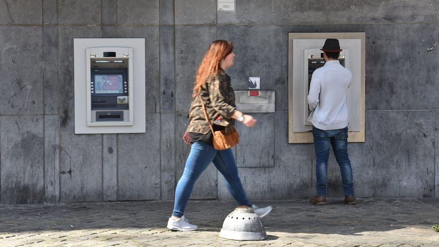 Des dégâts importants ont été constatés sur les installations de l'agence bancaire selon la police suisse (Photo d'illustration)