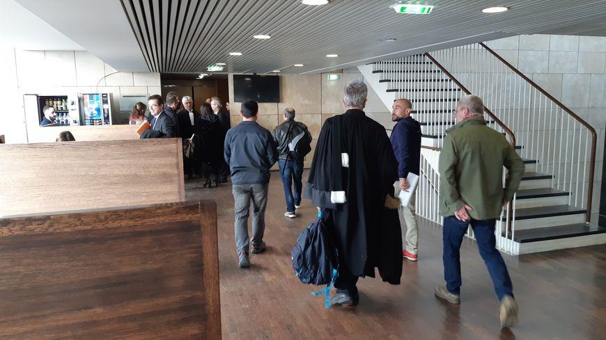 Les salariés et les avocats à leur entrée à l'audience au Tribunal de Commerce de Lyon.