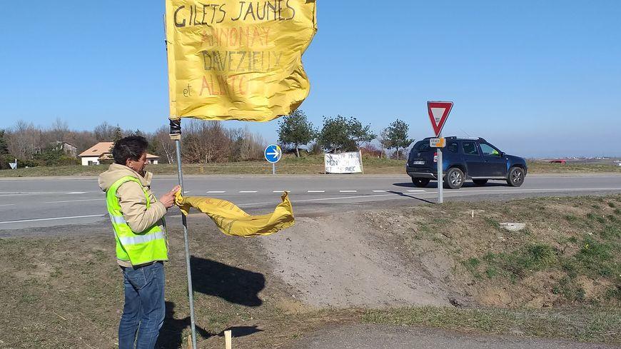 Dominique, gilet jaune mobilisé à Davézieux, installe le point de départ de la manifestation au rond-point du Subway à Davézieux.