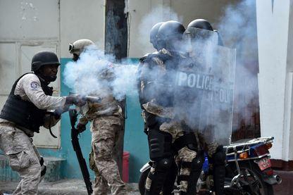 Port-au-Prince le 12 février 2019 : La police haïtienne tire des gaz lacrymogènes lors d'affrontements dans le centre de la capitale haïtienne, alors que la sixième journée de manifestations contre le président haïtien Jovenel Moise
