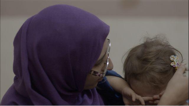Mélina Boughedir, incarcérée avec sa petite fille de deux ans, à Bagdad, semble très fusionnelle avec son bébé. Ses trois aînés sont rentrés en France.