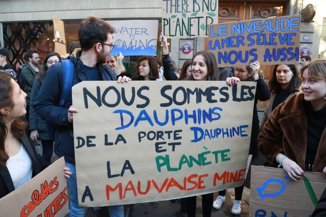 """Clin d'œil à la chanson """"Paris s'éveille"""" de Jacques Dutronc  sur les pancartes des jeunes manifestants pour le climat à Paris"""