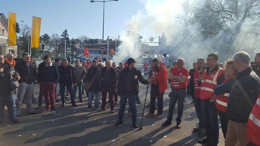 Les salariés d'Ingrandes devant l'usine Renault du Mans