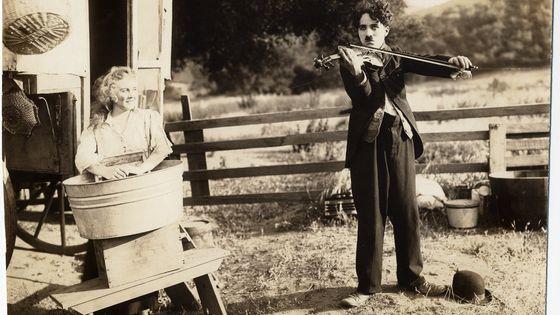 Charlie Chaplin dans le film Charlot vagabond qu'il a réalisé en 1915