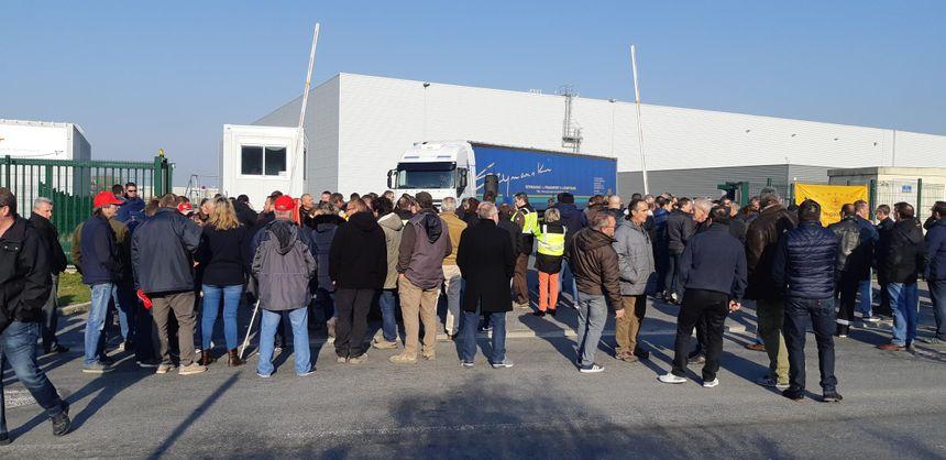 Les salariés du Champagne ont empêché les camions de sortir de l'entreprise Caillot
