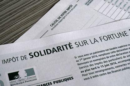 Photo prise le 15 octobre 2016 montrant un formulaire de l' Impôt de Solidarité sur la Fortune